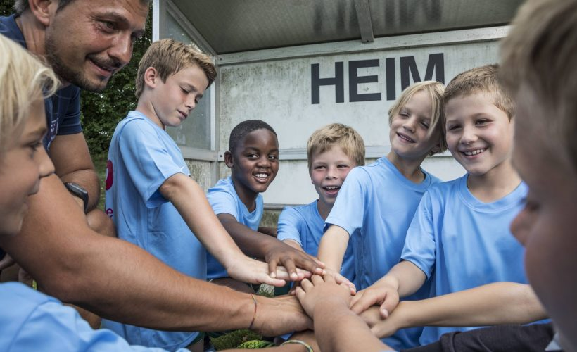 Coach and young football players huddling model released Symbolfoto property released PUBLICATIONxINxGERxSUIxAUTxHUNxONLY WESTF24033